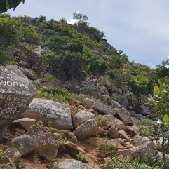 Auf Stein geschriebene Gebete auf dem Weg zum Soche in Limbe